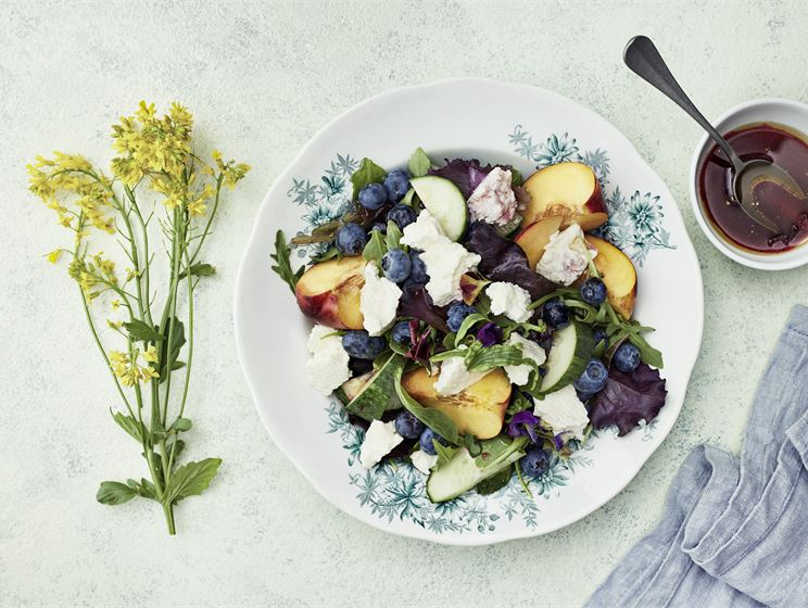 Kotijuusto-mustikkasalaatti