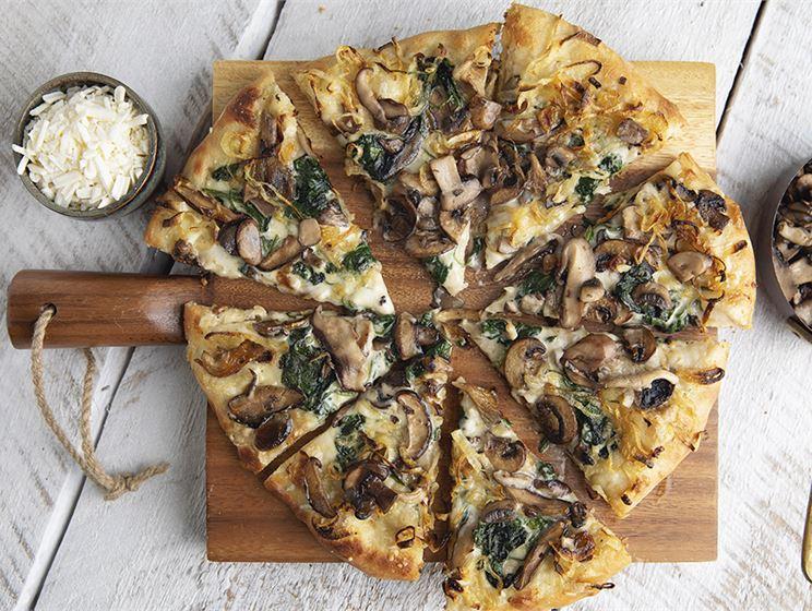 Pizza bianco med svamp och grönkål