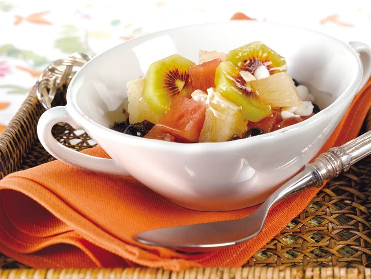 Raejuusto-hedelmäsalaatti
