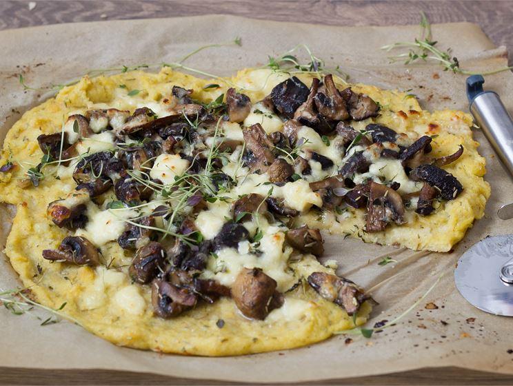 Polentapizza sienillä ja kotijuustolla