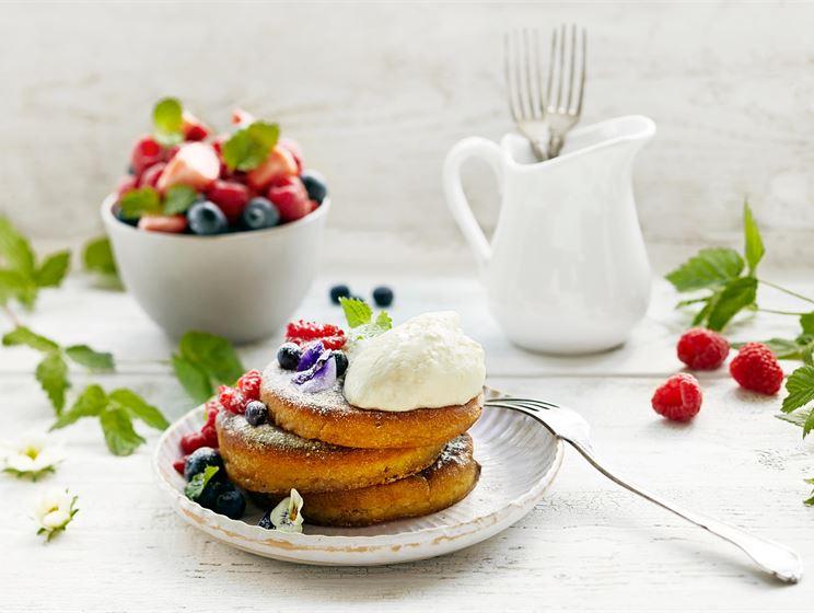 Piimäpannukakkuja, marjasalaattia ja jogurttivaahtoa