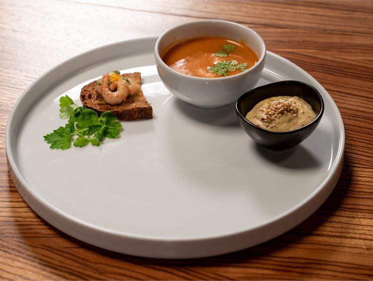 Olga Temosen bouillabaissea, munakoisorouillea, paahdettua leipää ja appelsiinilla maustettuja jättikatkaravun pyrstöjä