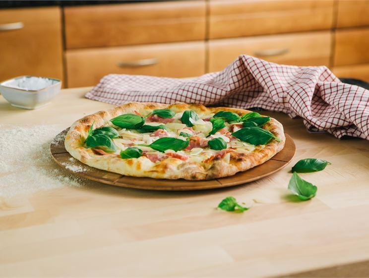 Valkoinen pizza kinkulla